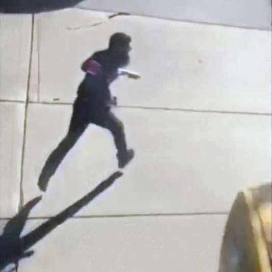 Capture d'écran vidéomontrant le suspect courant dans la rue après l'attaque, à New York, le 31 octobre.