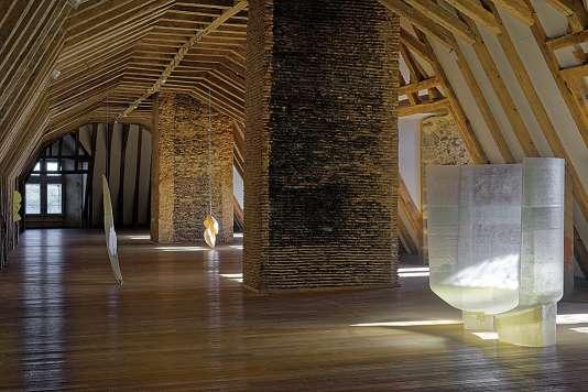 Pour son exposition, le plasticien a investi le dernier étage du Musée de Rochechouart, dans le Limousin.