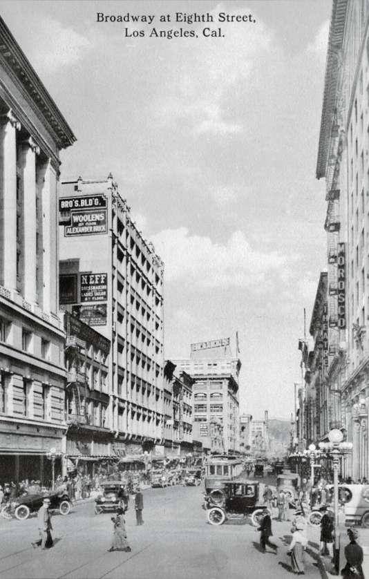 A l'angle de Broadway et de la 8e Rue à Los Angeles, en 1915.