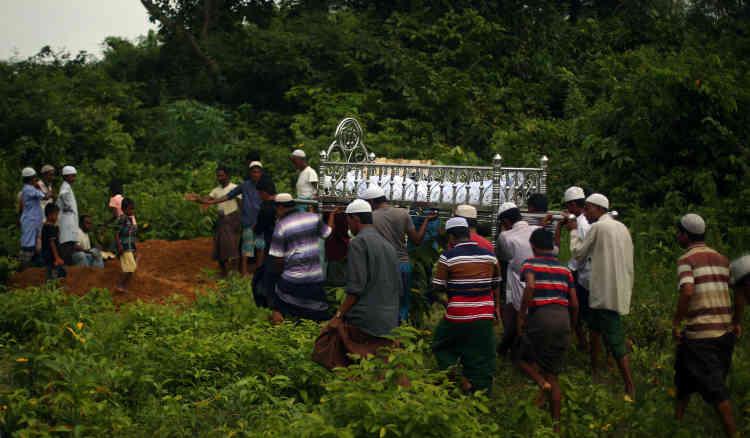 Un enterrement dans le camp de réfugiés de Thaingkhali, le 28 octobre.