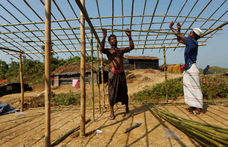 Les réfugiés construisent leur abri au camp de Palong Khali, le 26 octobre.