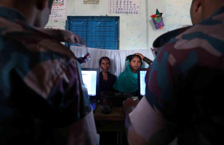 Des réfugiés sont enregistrés par le personnel de l'armée bangladaise dans un centre à Kutupalong, le 27 octobre. Les Rohingya représentent la plus grande population apatride au monde depuis que la nationalité birmane leur a été retirée, en 1982, par la junte militaire alors au pouvoir.