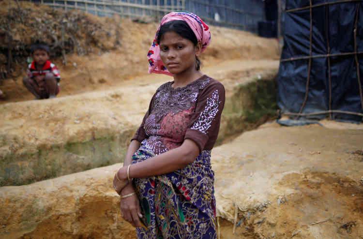 Une femme enceinte de neuf mois devant son abri, dans le camp de Kutupalong. Le Bangladesh prévoit d'introduire la stérilisation volontaire dans ces camps surpeuplés, où se massent près d'un million de réfugiés.