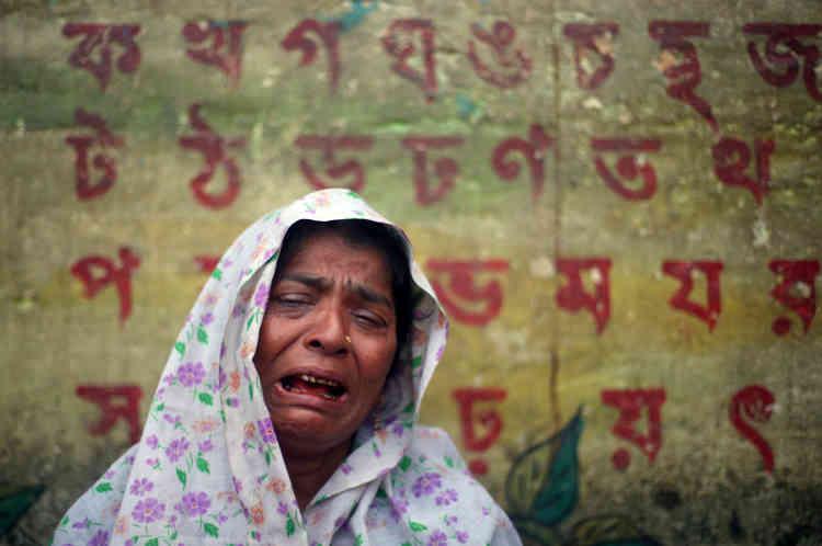 Hasina, 40 ans, pleure en racontant la mort de son mari, tué par des militaires, et celle de ses deux enfants après l'incendie de son village par l'armée birmane. Camp de réfugiés de Kutupalong, 27 octobre.