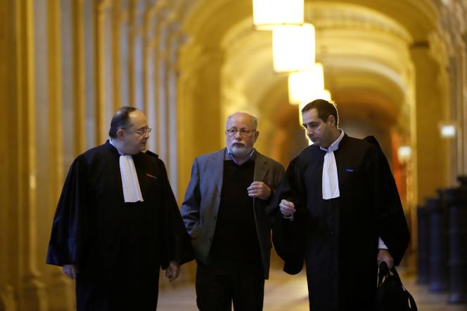 Samuel Sandler (au centre), père et grand-père de trois victimes de Mohamed Merah, en marge du procès d'Abdelkader Merah. Il assistera mercredi à l'inauguration d'une salle au nom de ses petits-enfants, Arié et Gabril, dans un collège parisien.