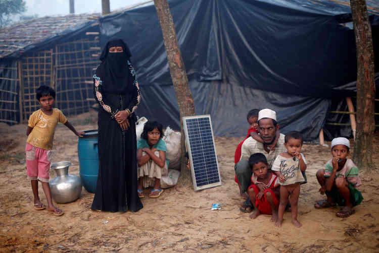 Une famille de réfugiés nouvellement arrivée, dans le camp de Kutupalong, le 24 octobre.