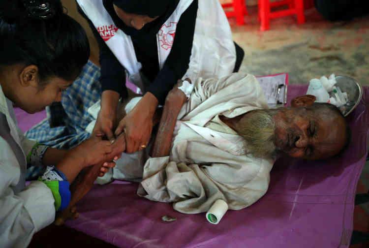 Des médecins traitent Amir, un homme de 70 ans atteint d'une diarrhée sévère dans un centre de traitement de la diarrhée dans le camp de Kutupalong, le 26 octobre. Aucun cas de choléra n'a été détecté jusqu'à présent, mais la FICR, qui a ouvert le mois dernier un hôpital de campagne près des camps, a constaté de nombreux cas de diarrhée aiguë.