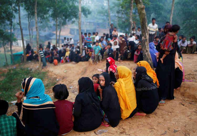 Des réfugiés rohingya attendent l'aide humanitaire au camp de Kutupalong, le 24 octobre.