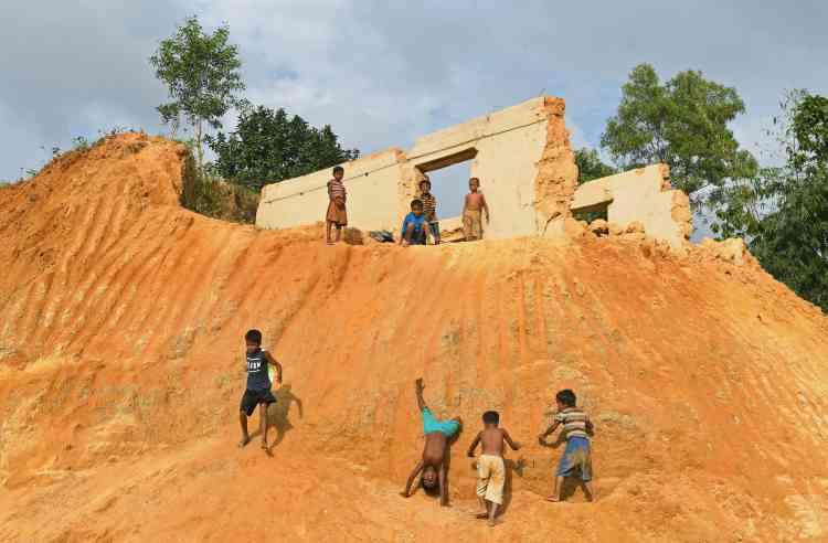 Des enfants rohingya jouent dans le camp de Moynerghona, le 29 octobre.
