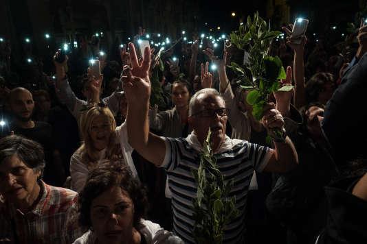 Des milliers de personnes entonnent l'hymne maltais, le 29 octobre 2017, à Sliema, à l'ouest de La Valette, lors d'une manifestation organisée, par le mouvement Civil Society Network, pour réclamer justice après l'assassinat de la journaliste Daphne Caruana Galizia.