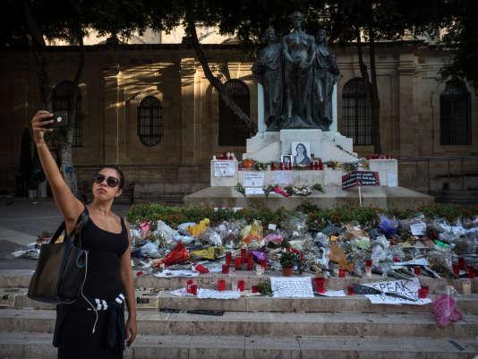 Sur la place du Palais de justice de La Valette, une touriste se prend en photo devant le mémorial temporaire érigé en hommage à Daphne Caruana Galizia, journaliste d'investigation maltaise assassinée le 16 octobre 2017.