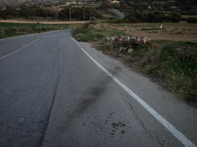 Les traces de pneus de la voiture de Daphne Caruana Galizia après l'explosion, à Bidnija, dans le nord de Malte. La journaliste d'investigation est décédée dans l'attentat.