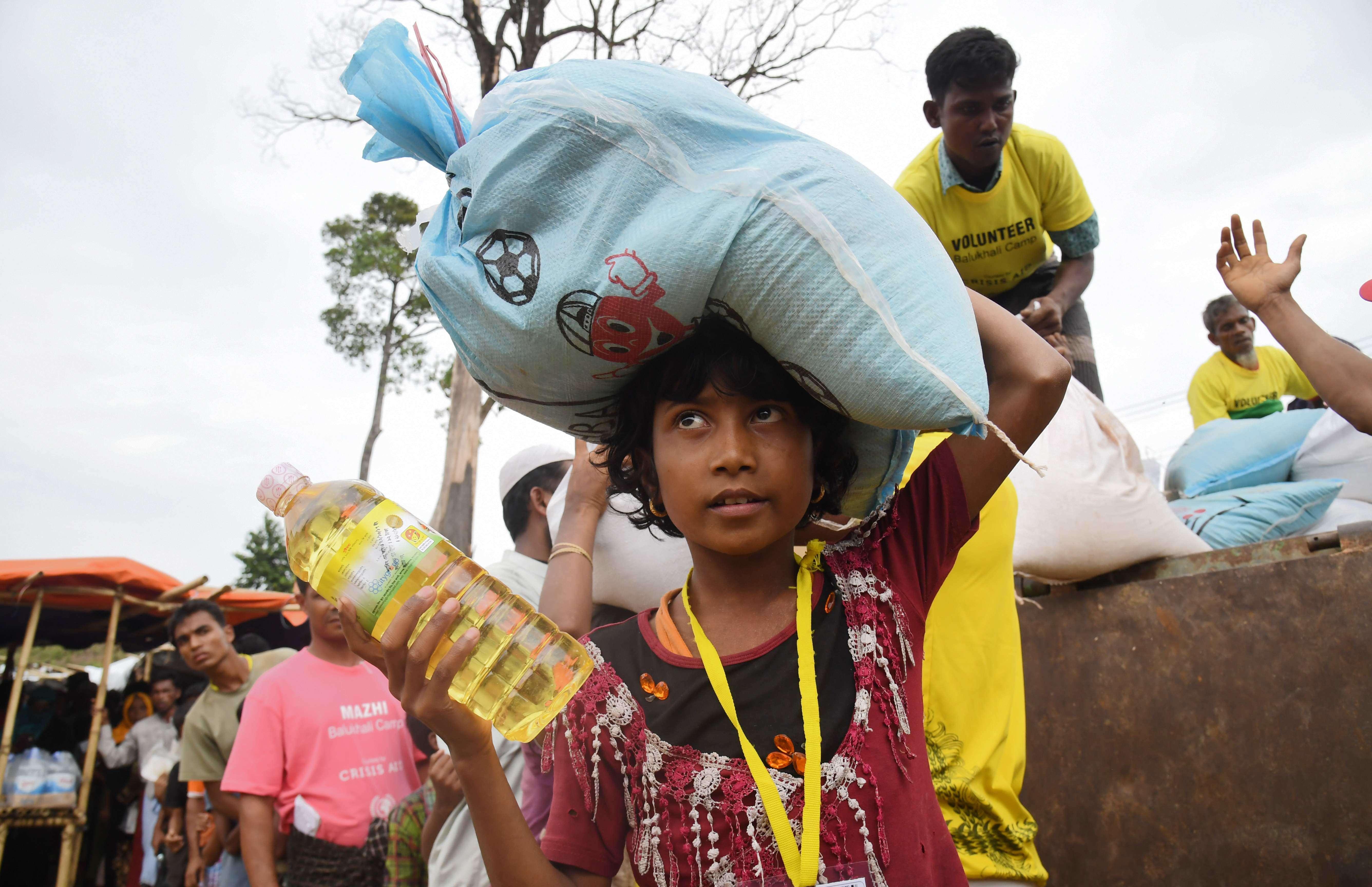 Un enfant récupère de la nourriture au camp de réfugiés de Thainkhali, le 1er novembre.