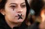 Une femme avec une larme et une croix peinte sur son visage lors d'un rassemblement contre les violences sexuelles et sexistes à Marseille, France, le 29 octobre.