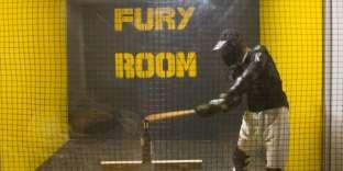 Fury Room, à Paris, propose de se défouler sur des objets en toute sécurité et en toute légalité.