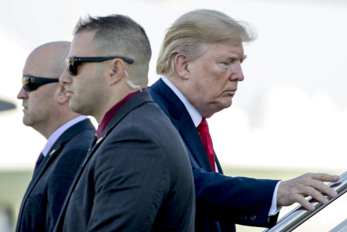 Donald Trump sur la base aérienne d'Andrews (Maryland), près de Washington, où il s'apprête à embarquer pour Hawaii avant sa tournée asiatique.