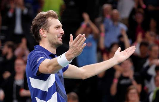 Julien Benneteau célèbre sa victoire en quart de finale du Masters de Paris, le 3 novembre à l'AccorHotels Arena (Bercy), à Paris.