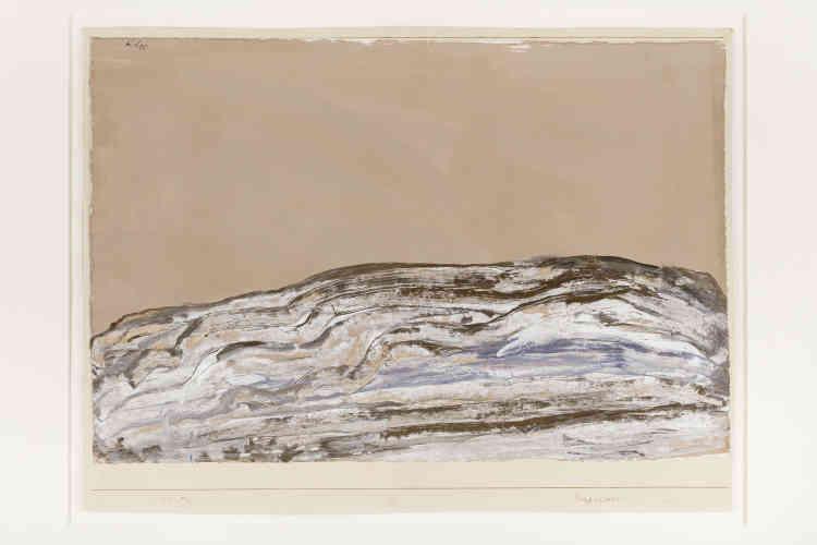 """«Cette petite peinture sur papier montre une croupe de montagne dénudée, formant un léger promontoire isolé dans un lieu indéterminé. Le procédé de l'artiste paraît simple: il dispose une ligne par-dessus l'autre, étend une masse de terre comme des couches de sédiments, et modèle ainsi la montagne comme le ferait un sculpteur. Cela correspond à la méthode que Klee décrivait en 1924 : """"Il est bon de donner forme. Il est mauvais d'arrêter la forme ; la forme arrêtée est la fin, est la mort. Donner forme est un mouvement, est un acte. Donner forme, c'est vivre.""""»"""