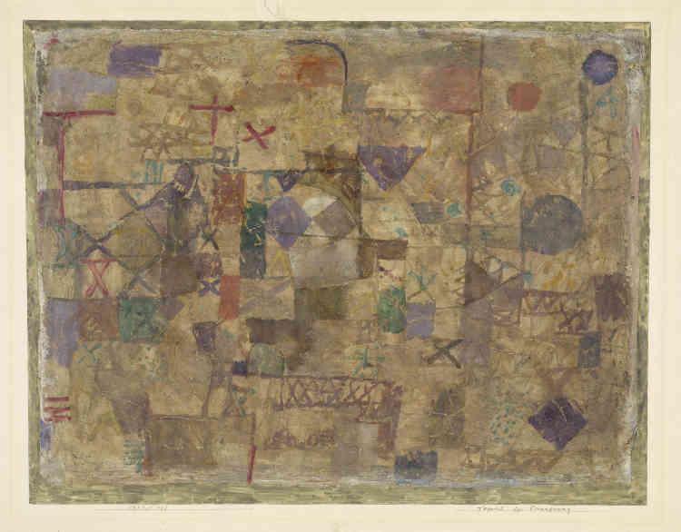 «La première version, réalisée en 1914, fut régulièrement retravaillée jusqu'en 1921. Cette peinture présente une texture matérielle très particulière. Les salissures intentionnelles de la surface, les bords effilochés et une application apparemment désinvolte de la couleur, donnent l'impression d'un vieux tapis usé. Les traces d'usure éveillent des souvenirs et des pensées sur le passé : Klee mit cette peinture en chantier immédiatement après le déclenchement de la première guerre mondiale.»