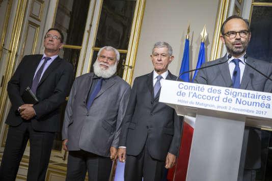 Philippe Gomès, Paul Néaoutyine, Pierre Frogier et Edouard Philippe après la réunion des signataires de l'accord de Nouméa, à Paris, le 2 novembre.