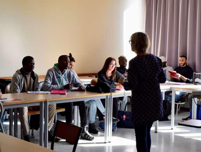 Les étudiants soudanais, algérien, syriens et angolais écoutent leur enseignante pendant le cours de vocabulaire.