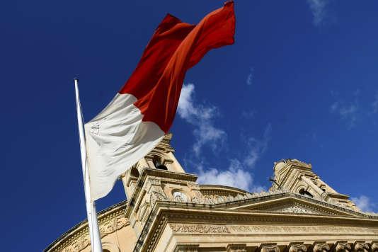 Le drapeau maltais, à mi-mat.