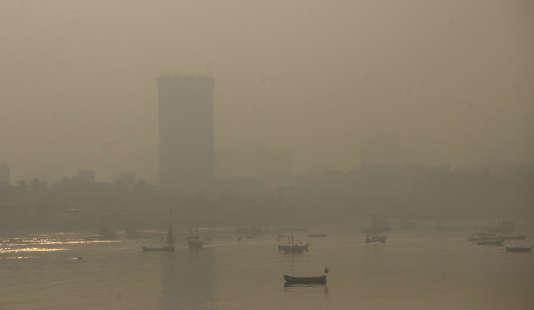 Dans le monde, un grand nombre de personnes suffoquent à cause de la pollution dans les grandes villes. Ici à Bombay en Inde, le 20 octobre.