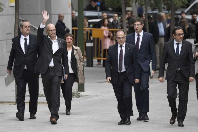 Les membres du gouvernement catalan dissous arrivent au tribunal, jeudi 2 novembre, à Madrid.