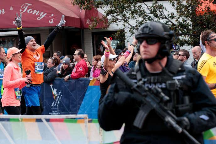 Un policier surveille une partie du parcours du marathon de New York, en novembre 2016.
