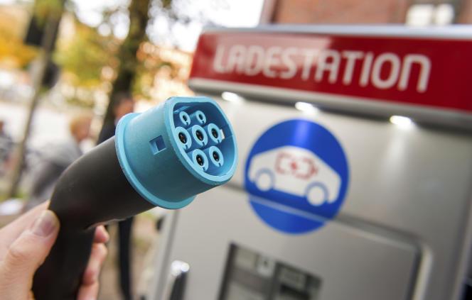 «Le déploiement de 7 millions de points de charge à l'horizon 2030, prévu par la loi de transition énergétique, exigera un fort volontarisme» (Photo: station de recharge électrique en Allemagne, à Hambourg).