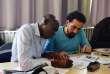 Sadik (à gauche), soudanais, et Saleh, syrien, travaillent ensemble sur un exercice.