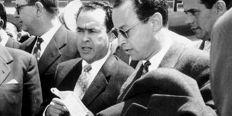 Mehdi ben Barka (centre), président de l'Assemblée consultative marocaine, qui vient de séjourner un mois aux USA arrive le 23 avril 1957.