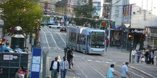 Tramways et piétons dans une rue d'Oslo.