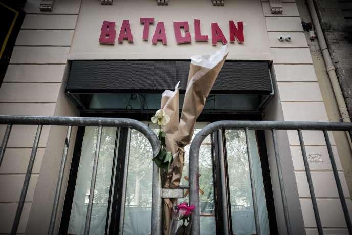 Des fleurs en hommage aux victimes des attentats du 13-Novembre devant la façade du Bataclan à Paris, le 1er novembre 2016.