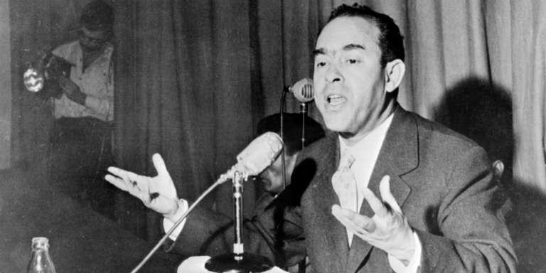 Mehdi Ben Barka, leader du néo-Istiqlal, donne une conférence de presse en janvier 1959 à Casablanca.