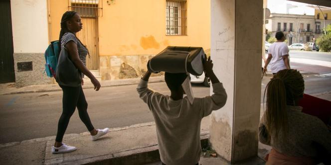 Patricia, une migrante ivoirienne de 39 ans, dans les rues de Jerez de la Frontera.
