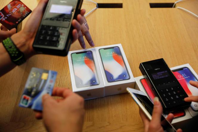 Premier jour de commercialisation de l'iPhone X, à Pékin, le 3 novembre.