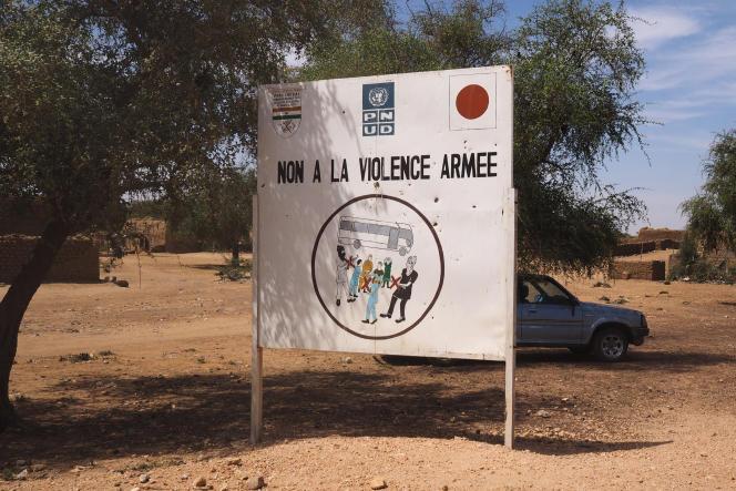 Un panneau à l'entrée du village d'Aroyou, le 2 novembre.