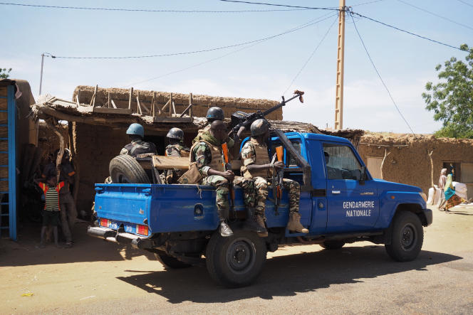 Une patrouille de gendarmes dans le village d'Aroyou, le 2 novembre.