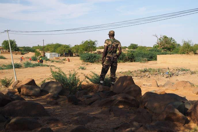 Un gendarme monte la garde dans le village d'Aroyou, le 2 novembre.