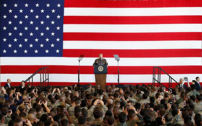 Donald Trump s'adresse aux soldats américains et aux membres des forces d'auto-défense japonaises, sur la base aérienne américaine de Yokota, le 5 novembre.