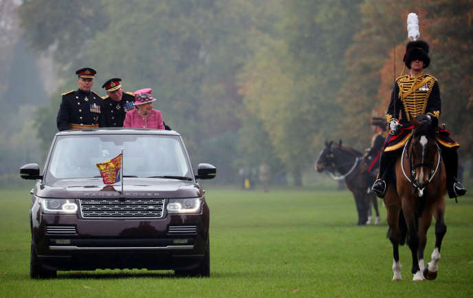 Elizabeth II passe en revue le Royal Horse Artillery, un régiment de cavalerie, à Hyde Park, le 19 octobre.