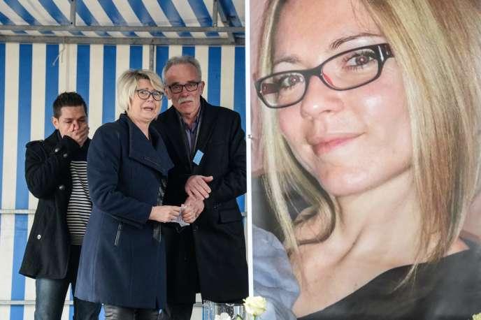 Jonathann Daval, la mèred'Alexia Daval, Isabelle Fouillot, et son père, Jean-Pierre Fouillot, à côté d'une affiche d'Alexia lors d'une réunion à Gray, le 5 novembre 2017.