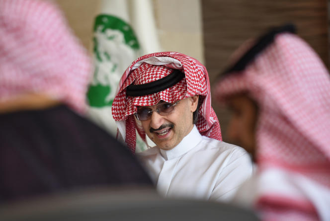 Al-Walid Ben Talal, dont la fortune est estimée à 17milliards de dollars (14,6milliards d'euros) par le magazine Forbes, est un acteur de premier plan dans le monde financier saoudien.