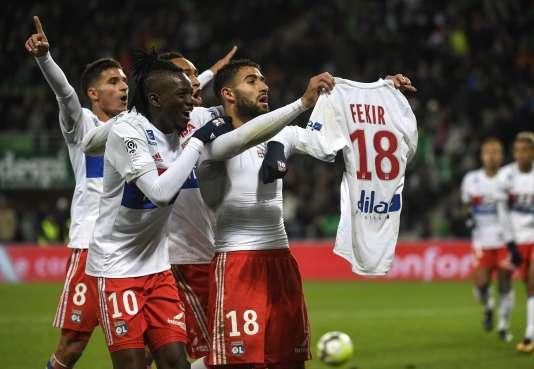 En ôtant son maillot après le cinquième but lyonnais, Nabil Fekir a provoqué l'envahissement du terrain par les fans stéphanois.