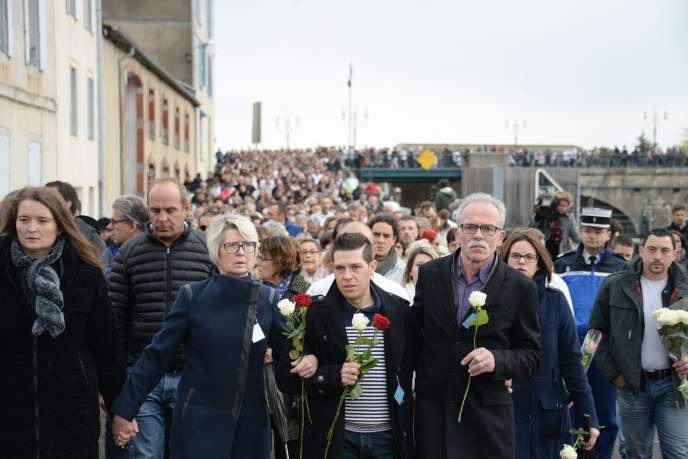 Le mari, le père, la mère et la sœur d'Alexia ont pris la tête de la marche et avançaient en se tenant par la main, portant des roses blanches et rouges.