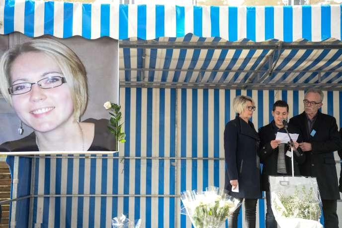 Plusieurs milliers de personnes se sont rassemblées à Gray, dimanche5novembre, autour de la famille d'Alexia Daval, pour rendre hommage à la jeune femme.