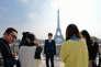 « Ils sont 100 millions aujourd'hui à voyager à l'étranger. La France capte 5 % de ce flux, soit 2 millions. Dans trois ans, ce nombre va doubler. Sachant que chacun dépense en moyenne 6 000 euros par séjour, c'est 12 milliards d'euros qui sont en jeu» (Touristes chinois devant la tour Eiffel en 2013).