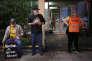 Militants anti-avortement et Escorte volontairechargée d'accompagner et de protéger les patientes, devant la clinique EMW de Louisville (Kentucky), le 29 avril.