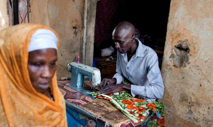 Après un premier échec de départ vers l'Europe en 2014, Papa Ndiaye, couturier, est revenu à Banjul et rassemble l'argent pour une nouvelle tentative.
